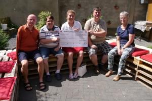 Anna-Lena Friedsam überreicht den Vertreterinnen des Vorstandes der LH AW den Spendenscheck