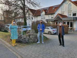 Ulrich van Bebber, Vorsitzender der Lebenshilfe Ahrweiler (rechts) begrüßt gemeinsam mit Schriftführerin, Nicole Falkenstein-Seifen (links) den FDP-Landtagskandidaten Martin Thormann (Mitte) am Sinziger Lebenshilfehaus.