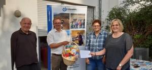 von links: Ulrich van Bebber und Stefan Möller freuen sich über die Spende, die von Sabine Hansen und Anja Nahrings aus Prüm übergeben wurde.